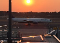 成田空港の滑走路と夕日