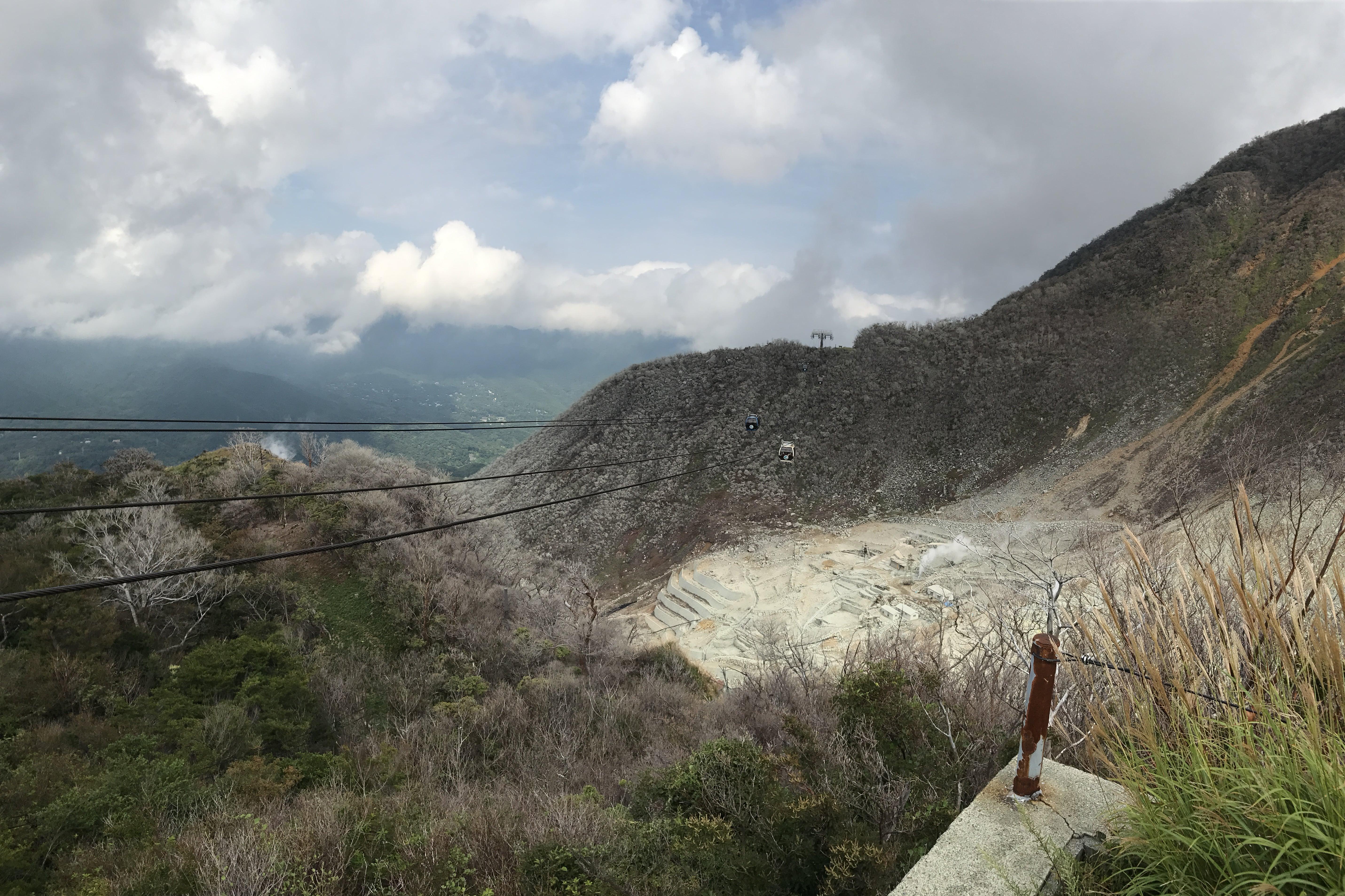ロープウェイの中から撮った大涌谷の風景
